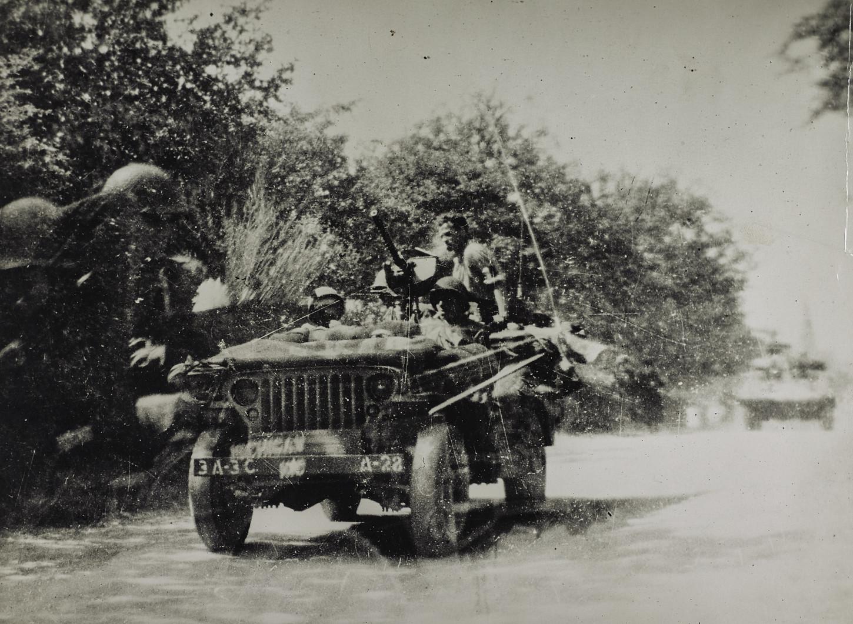 Jeep américaine du 3rd Cavalry Reconnaissance Squadron rattaché à la IIIrd Army du général Patton. A l'arrière du véhicule, se tient le chef FFI départemental pour la Mayenne, Jean Séailles, alias « commandant Grégoire », organisateur du maquis de Saint-Marc-du-Désert, membre du réseau d'action du SOE Denis-Scientist. Musée de Bretagne : 990.0032.1362.