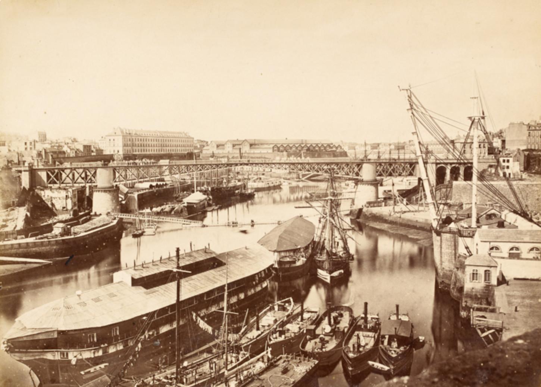 Vue du port de Brest vers 1870, photo Jules Duclos. Musée de Bretagne: 2007.0019.4.