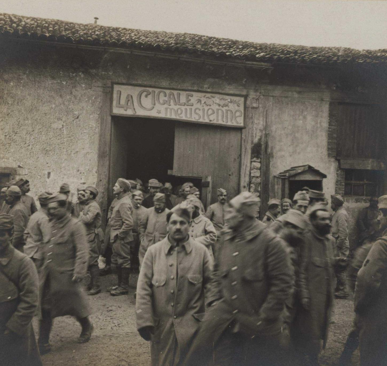 """A Montzéville, dans la Meuse, sortie de """"La Cigale meusienne"""", théâtre réservé de poilus, 13 février 1916. La Contemporaine : VAL 205/011."""