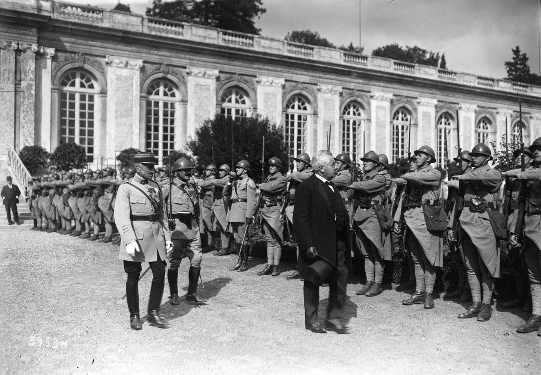 Alexandre Millerand passant devant un piquet d'honneur lors de la signature du traité de Trianon, 4 juin 1920. Gallica / Bibliothèque nationale de France: département Estampes et photographie, EI-13 (712).