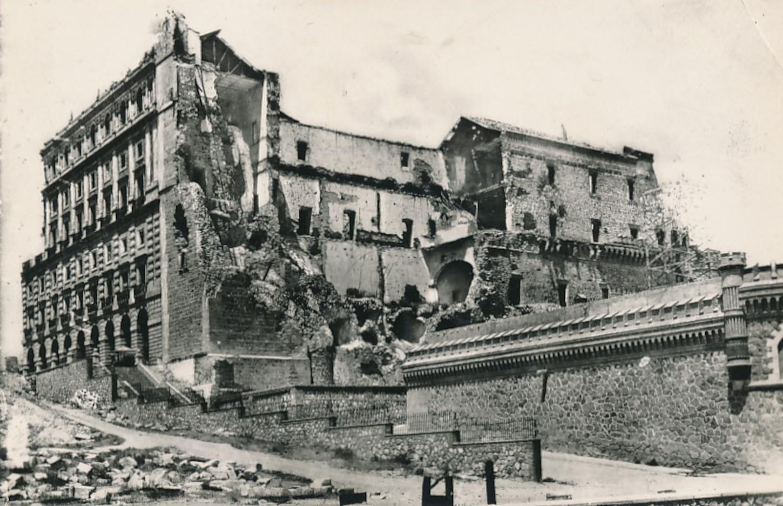 Ruines de l'Alcazar de Tolède après le siège, pendant la guerre civile espagnole. Carte postale, collection particulière.