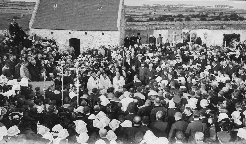 Cérémonie religieuse et discours prononcé par un représentant du ministère de la marine, Duportal. La foule est rassemblée autour des prêtres. La cérémonie est en mémoire de Fortuné Guézel. Musée de Bretagne: 992.0077.1872.