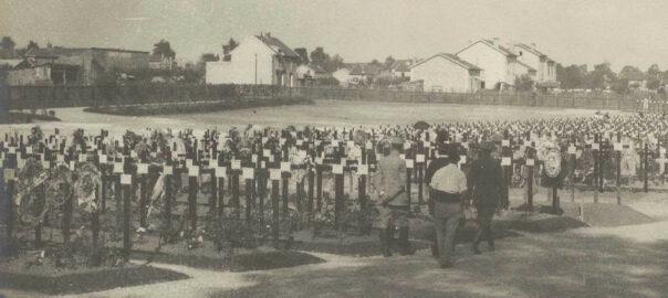 Tombes militaires dans le cimetière de Chalons, 20 septembre 1915. La Contemporaine : VAL 092/051.