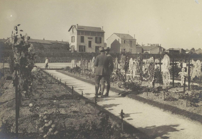 Tombes militaires dans le cimetière de Chalons, 20 septembre 1915. La Contemporaine : VAL 092/060.