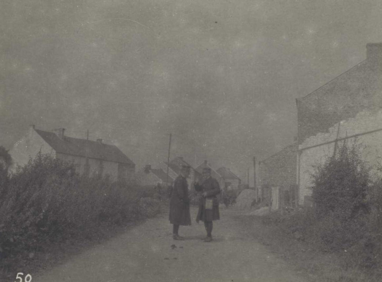 Une rue du village de Cortil-Mozet (nord de Fosse) pendant la bataille de Charleroi, le 22 août 1914. Dans la rue, le général Defforges, commandant le 10e CA et le général Comby, commandant la 37e DI, en conférence. La Contemporaine : VAL 477/132.
