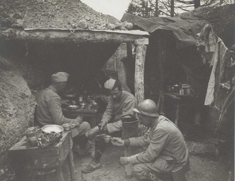 En première ligne, réfectoire d'une escouade du 114e régiment d'infanterie dans la ferme des Marquises, dans le secteur de Prunay, 8 juillet 1916. La Contemporaine : VAL 070/066.