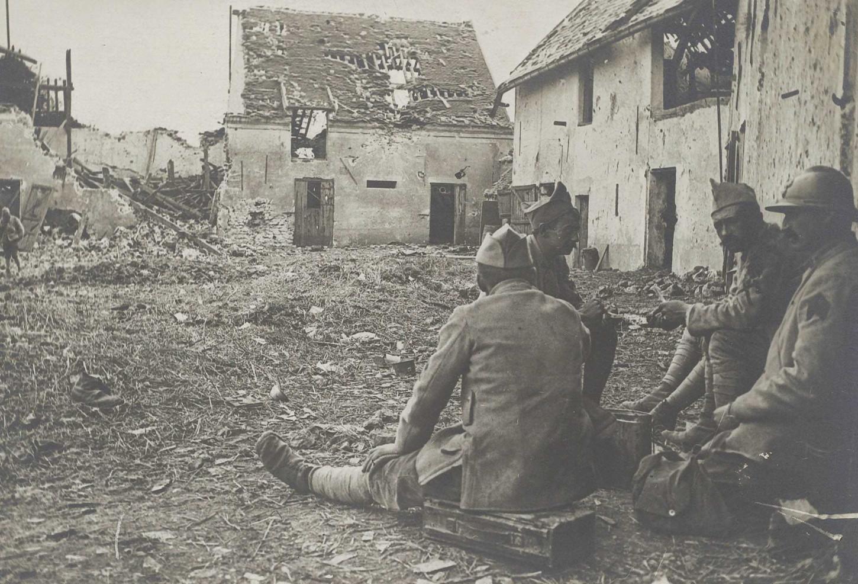 Fantassins déjeunant dans les ruines de la ferme de la Bourdonnerie, au sud de Chavenay, 24 juillet 1918. La Contemporaine : VAL 086/023.