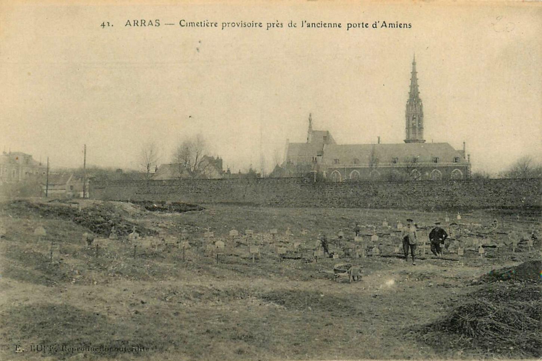 Cimetière provisoire dans les environs d'Arras. Carte postale, collection particulière.