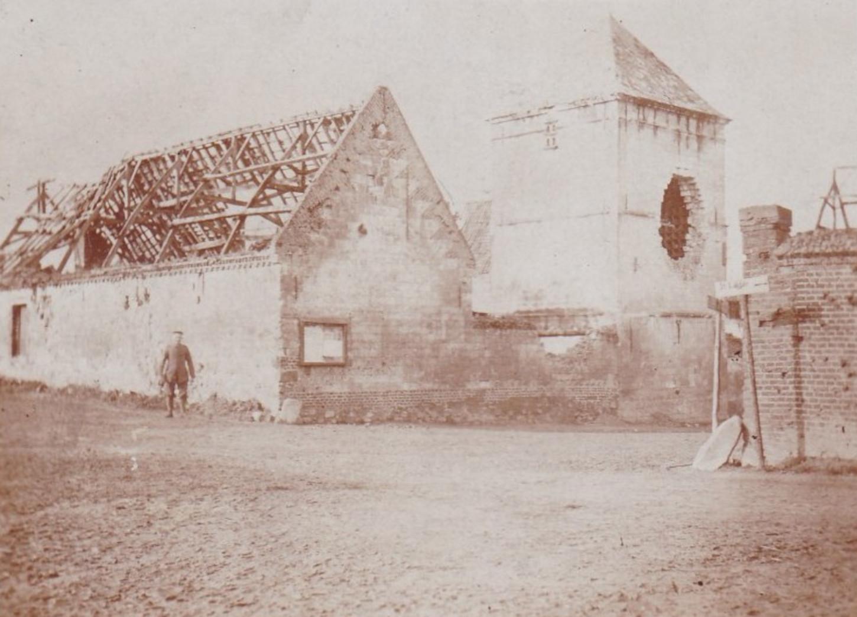 Soldat allemand dans les ruines de Mercatel, sans date. Collection particulière.