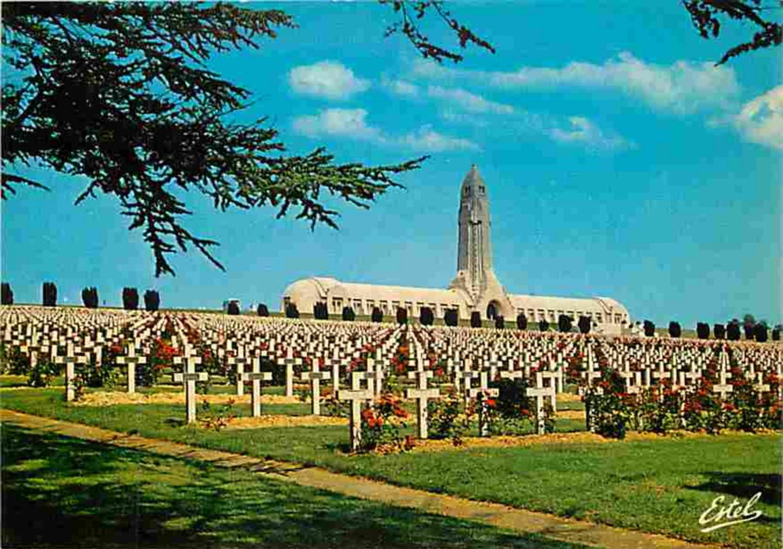 La nécropole de Douaumont à Verdun. Carte postale. Collection particulière.