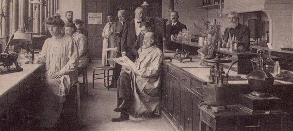 Le professeur Mangin faisant son cours au Muséum d'histoire naturelle (détail). Carte postale. Collection particulière.
