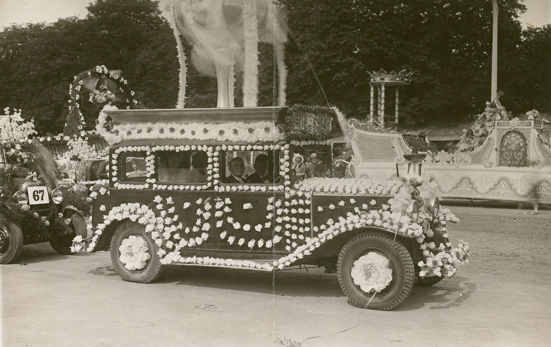 Automobile décorée participant en 1936 à l Fête des fleurs. Musée de Bretagne : 991.0129.6.