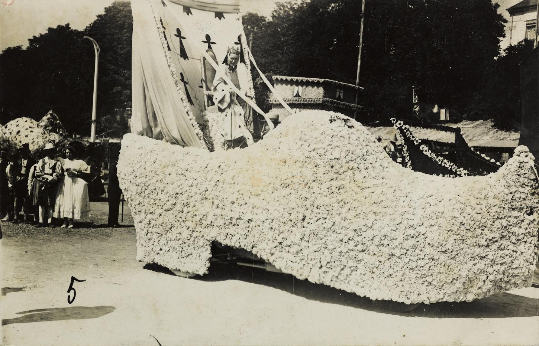 """Le cher """"Le sabot breton"""" du journal L'Ouest-Eclair lors de la fête des fleurs 1936. Musée de Bretagne : 971.0036.96."""