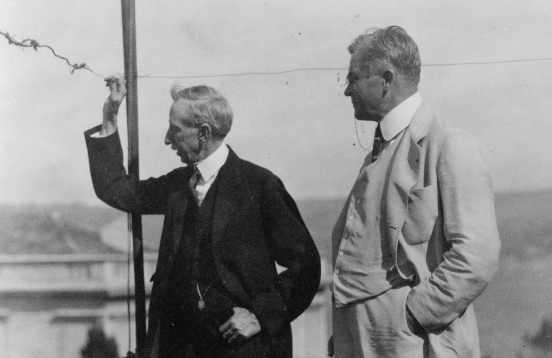 En 1923, alors que consul-général à Constantinople, Gabriel Bie Ravndal (à gauche) regarde vers la rive asiatique du Bosphore (détail). Library of Congress : LC-USZ62-131130.