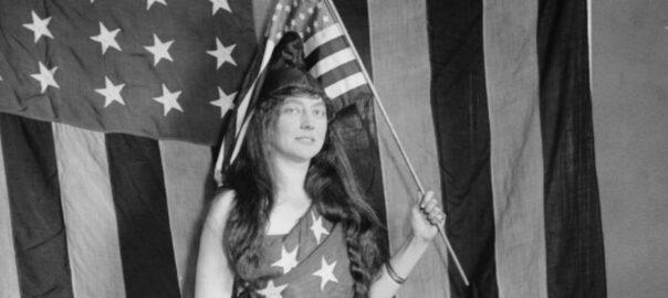 La chanteuse Fély Clement, de l'opéra de Boston, drapée dans la bannière étoilée. Library of Congress: LC-B25546.