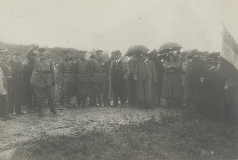 Au Bois Belleau, le 2 décembre 1918, pendant qu'un officier français prononce un discours, le Consul général des Etats-Unis en France écoute. Library of Congress : 165-WW-177A-46.