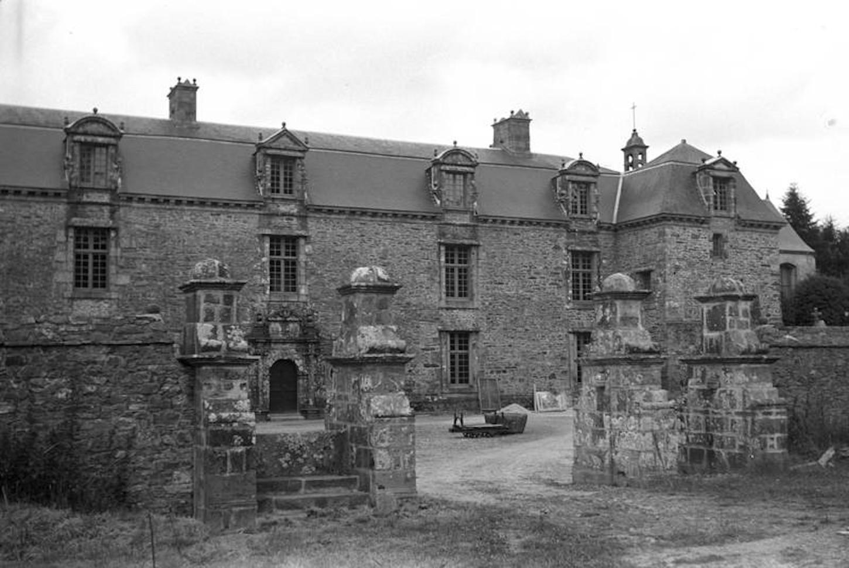 Le château du Chef-du-Bois en Pencran, propriété depuis le milieu des années 1920 de Tanguy Le Gentil de Rosmorduc. Arch. dép. Finistère: 14 Fi 450 .