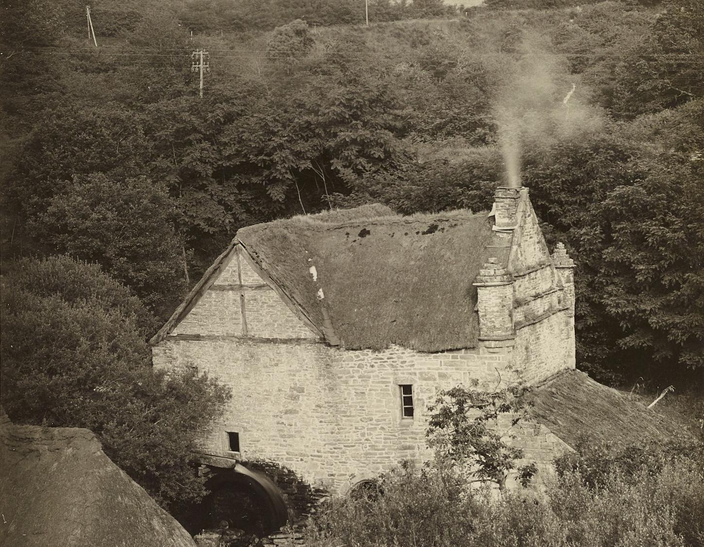 Au Chef-du-Bois, propriété de la famille Le Gentil de Rosmorduc, un moulin (première moitié du XXe siècle, détail). Musée de Bretagne : 998.0101.552.