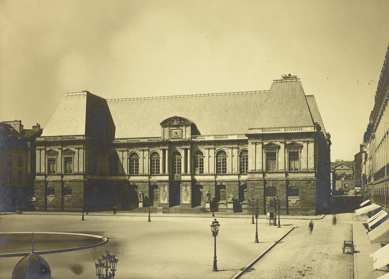 Le Palais de justice de Rennes, cliché pris en 1886 par Désiré Fenaut. Le vide de ce cliché contraste singulièrement avec la situation qui devait prévaloir sur cette même place en décembre 1870. Musée de Bretagne : 935.0041.58.