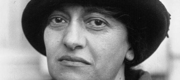 Louise Bodin, lors d'un congrès communiste en 1921 à Marseille (photographie de l'agence de presse Meurisse) : Gallica / Bibliothèque nationale de France: Meurisse, 94437.