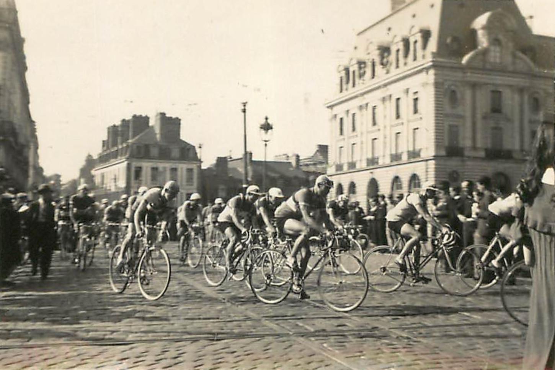 A Rennes, devant le Palais du Commerce, rue Maréchal Joffre, lors d'une étape du Circuit de l'Ouest, probablement dans les années 1930. Collection particulière.
