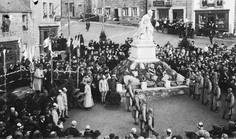 A Rostrenen, fantassins du 48e RI lors de l'inauguration, le 30 janvier 1921, du monument aux morts. Musée de Bretagne : 986.0001.193.