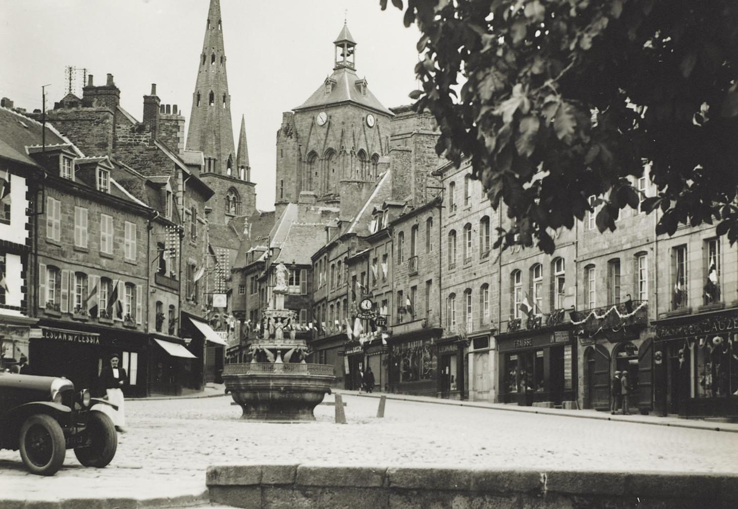 Guingamp, vue de la place du Centre, probablement dans les années 1930. Musée de Bretagne : 972.0004.219.