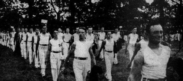 """Photographie publiée dans l'édition du 17 juillet 1939 de L'Ouest-Eclair et légende ainsi : """"Les gymnastes défilent devant la tribune officielle""""."""