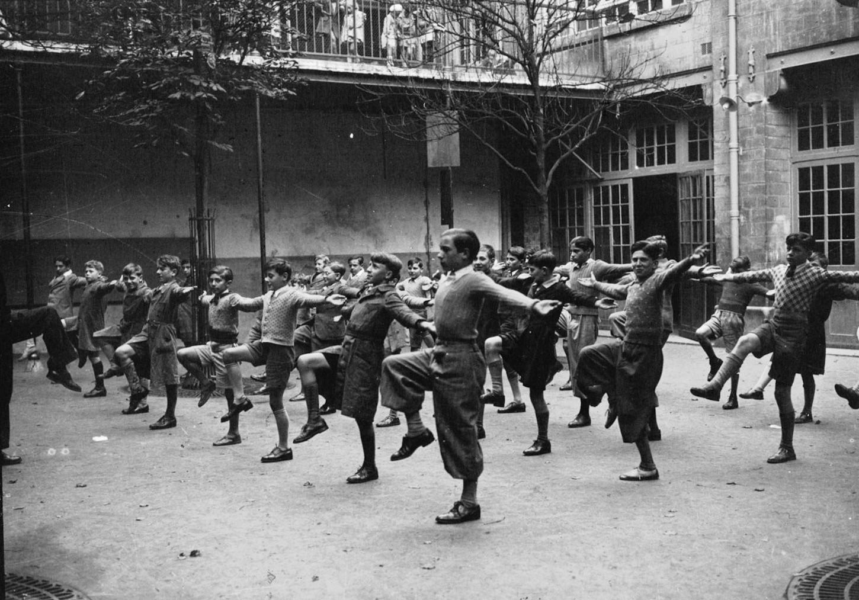 La rentrée des classes, séance préliminaire de gymnastique (sans lieu), 1936. Photographie de l'agence Meurisse. Gallica / Bibliothèque nationale de France : département Estampes et photographie, EI-13 (2916).