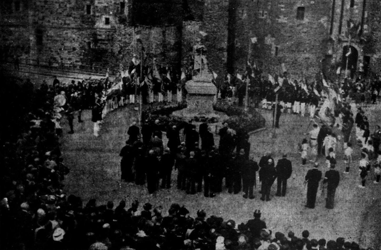 """Photographie publiée dans l'édition du 17 juillet 1939 de L'Ouest-Eclair et légendée ainsi: """"La cérémonie devant le monument aux morts""""."""