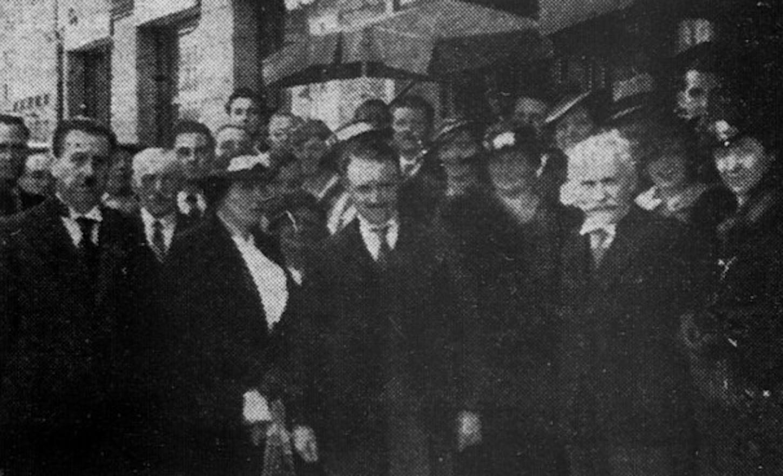 """Photographie publiée dans l'édition du 15 juin 1936 de L'Ouest-Eclair et légendée ainsi : """"M. et Mme Delmarcel, les membres du comité et les adhérents à l'Amicale des Belges en Bretagne""""."""